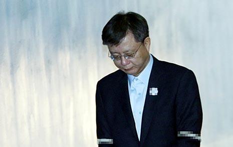 '법꾸라지' 우병우, 1심에서 징역 2년 6개월 선고