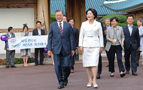 [오마이포토] 청와대 직원들 환송받는 문재인 대통령 부부