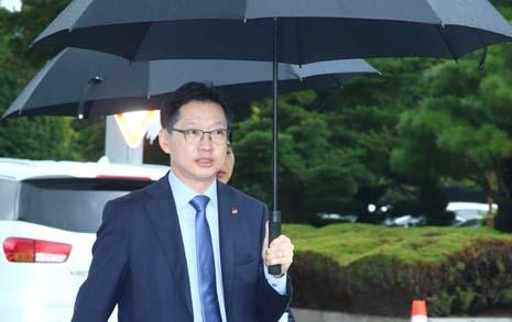 '차 없는 날' 걸어서 출근한 김경수 경남지사