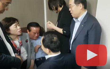 """[동영상] 무릎 꿇은 채이배... 막아선 한국당 의원 """"감옥 가겠다"""""""