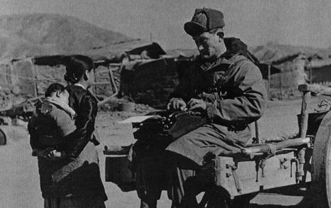 소달구지 위 타이핑... 유엔군 종군기자의 기사 작성