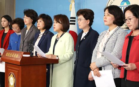 """'알릴레오' 규탄 한국당 여성의원들 """"유시민 이사장, 사퇴하라"""""""