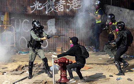 홍콩 경찰, 이공대 시위 진압 강행... 시위대 체포·부상 속출