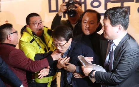 """[오마이포토] """"미래한국당 불법정당, 당장 해산하라"""" 끌려나온 오태양"""