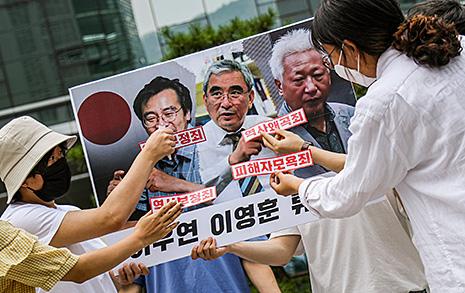 [오마이포토] 류석춘, 이영훈, 이우연에 '역사왜곡죄' 묻는 대학생들