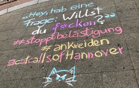 길바닥에 분필로 그린 '성난 고양이'의 의미