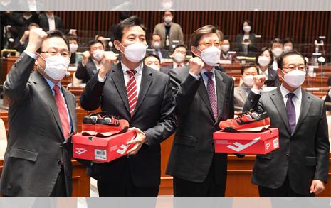[오마이포토] 빨간 운동화 선물받은 오세훈-박형준