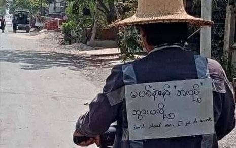 """미얀마 출근길 시민, 등 뒤에 """"나를 쏘지 마세요"""""""