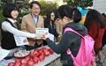 [오마이포토] '사과데이' 행사에 참여한 조희연 교육감