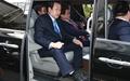 [오마이포토] 승합차 타고 이대 떠나는 김무성 대표