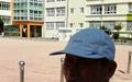 초등학교 교정에 선 81세 노인, 눈시울을 붉혔다