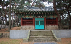 일본인들의 총질 흔적이 남아 있는 이순신 기념비