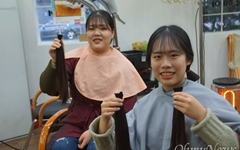 """소아암 어린이에게 머리카락 기부한 자매의 """"작은 봉사"""""""