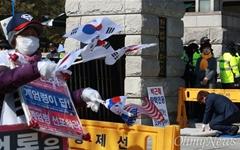 """[오마이포토] """"계엄령 선포하라"""" 대 """"탄핵인용 해주세요"""""""