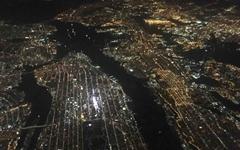 비행기 창 밖으로 보이는 뉴욕 야경