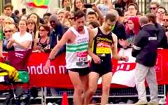런던 마라톤에서 기록 포기하고 경쟁자 도운 선수