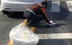 [모이] 도로 바닥을 닦는 소방관