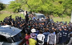 사드 반입에 화난 성주 주민들, 경찰과 계속 충돌