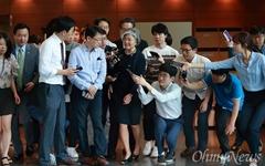 [오마이포토] 기자들 질문 세례 받는 강경화 장관