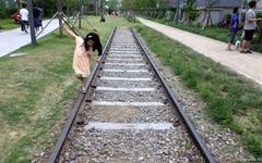 경의선 숲길을 거닐다 만난, 기차 모양의 재밌는 책방