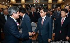 [오마이포토] 악수하는 김명수 대법원장과 박상기 법무부장관