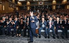 [오마이포토] 김명수 신임 대법원장을 향한 '시선'