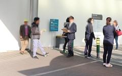 대형병원 앞 북적이는 호객차량, 교통혼잡에 '아찔' 역주행도