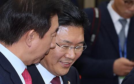 """김성태 """"나는 투쟁 전문가"""", 홍문종 """"동물국회 되겠다고?"""""""