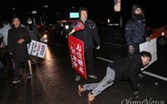 """[오마이포토] 차도에 쓰러져서도... """"MB 구속"""" 외친 시위대"""