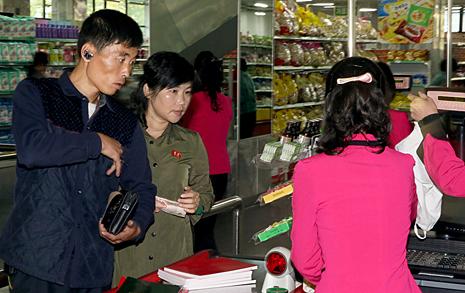 """[사진] """"북한에 보급된 핸드폰 400만대 달해"""""""