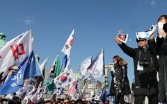 """친박단체 도심 집회… """"11일 북 예술단 앞에서 화형식할 것"""""""