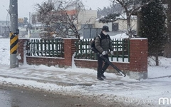 [사진] 거리에 등장한 신형 제설기, '시선 강탈'