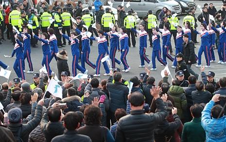 세시간 전부터 줄서기  북 응원단에 '구름관중'