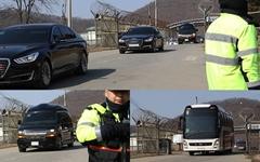 [포토] 한국당이 막으면 옆길로... 전진교 넘어온 북측 대표단