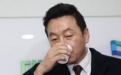 """'밀봉'된 정봉주 복당...고민 깊은 민주당 """"월요일까지 비공개"""""""
