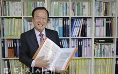 '기록 수집가'… 40년 간 신문 스크랩