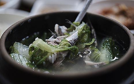 봄철 '멜국', 멸치의 고소함과 봄동의 단맛