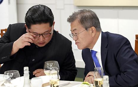문재인 대통령, 판문점에서 김정은 위원장 만났다