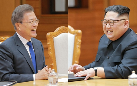 """문 """"남북관계 새 징표""""  김 """"가까워지는 과정"""""""