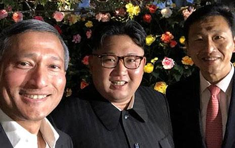 김정은, 트럼프와 회담 앞두고 밤산책하며 해맑은 셀카