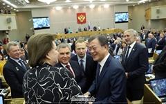 러시아 의원들, 문 대통령 둘러싸고 셀카 요청