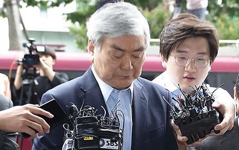 """검찰에 출석한 조양호, """"퇴진 요구"""" 질문에 침묵"""