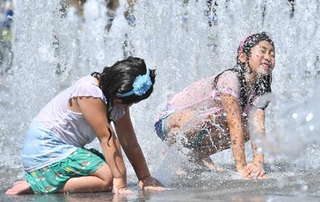 [사진] 찜통 더위에도 신난 아이들, 물줄기로 더위 식혀