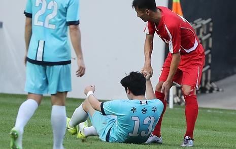 """[사진] """"괜찮나?"""" """"괜찮다"""" 남북노동자축구 최고의 '순간'"""