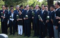 [오마이포토] 전태일 열사 동생들과 함께 참배하는 북측노동자들