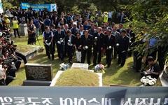[오마이포토] 북측 노동자들, '노동자의 어머니' 이소선 여사 묘역 참배