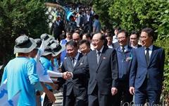 [오마이포토] 통일선봉대와 반갑게 인사 나누는 북측노동자들