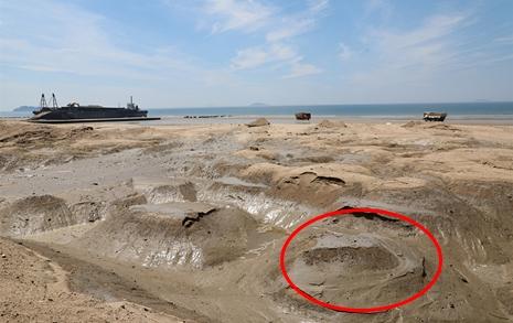 사구 대신 뻘 웅덩이만  꽃지해변의 현재 모습