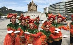 [오마이포토] 접시춤 선보이는 인도네시아 무용수들