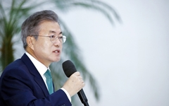 문재인 대통령, '독자적 남북관계 발전' 고민하다